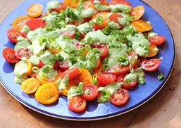 Recept: Tomatensalade met basilicum en feta-dressing